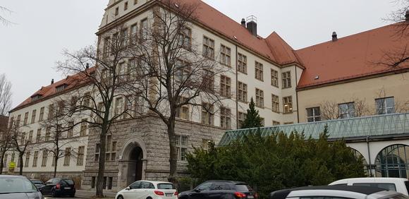 Foto: Das Friedrich-Engels-Gymnasium in der Emmentaler Straße. Über 1.000 Schülerinnen und Schüler müssten in ein Ausweichquartier. Dazu fehlen bisher jegliche Konzepte.