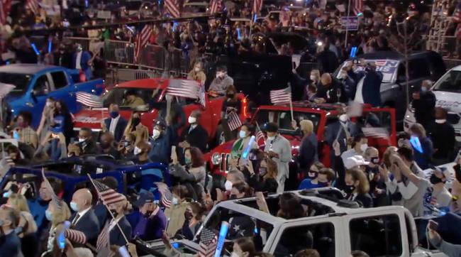 Foto: Publikumsmenge in Wilmington, Delaware die den Bemerkungen des gewählten 46. Präsidenten zuhören