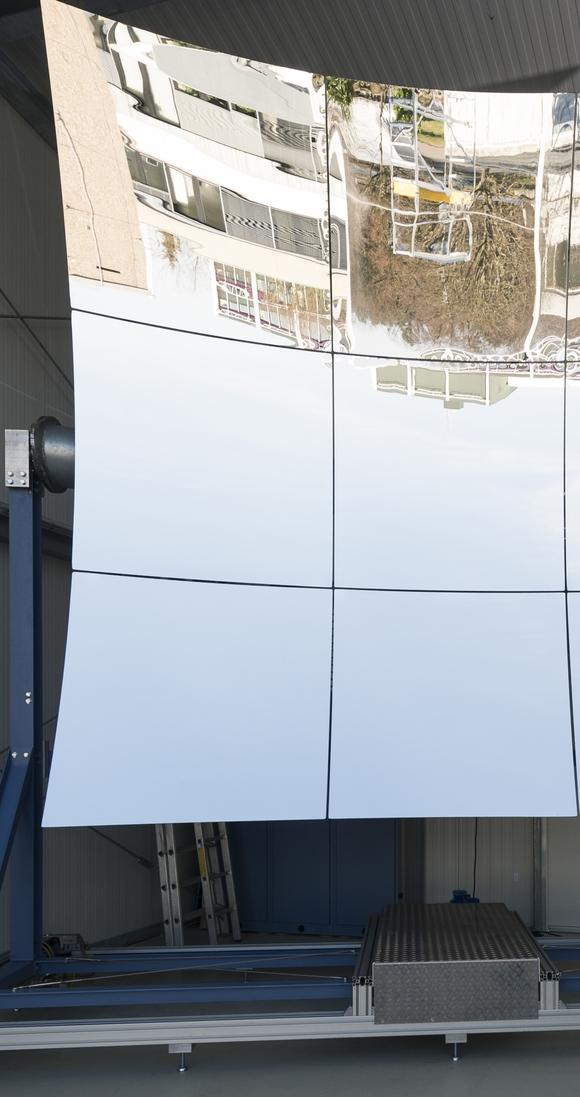 Große Spiegel bündeln Sonnenlicht auf Flüssigmetallsysteme, um die regenerative Energie einzufangen. (Bild: Patrick Langer/KIT)