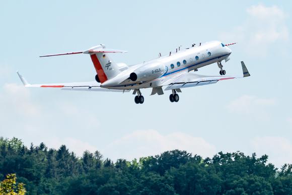 Das Forschungsflugzeug HALO (High-Altitude and LOng-range aircraft), an dem das KIT beteiligt ist, hebt zu einem Messflug ab. (Foto: DLR)