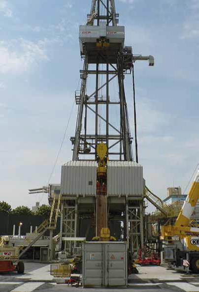"""Der Bohrturm ist der sichtbarste Teil der Infrastruktur während der Bohrungen für """"Tiefe Geothermie"""". (Bild: I. Stober/KIT)"""