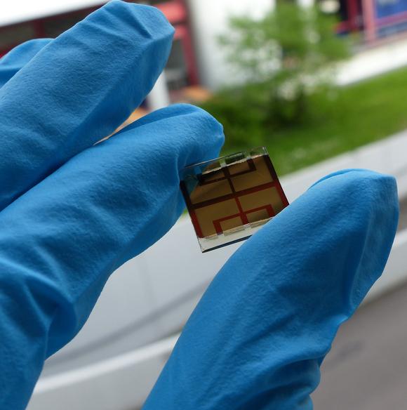 Perowskit-Tandemsolarzellen bestehen aus einer neuartigen Materialkombination und können im Vergleich mit gängigen Silizium-Solarzellen einen deutlich höheren Wirkungsgrad erreichen (Foto: Abzieher/Gharibzadeh, KIT).