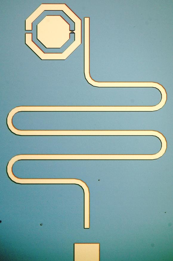 Über einen Resonator (mitte) wird das Qubit (oben) ausgelesen, das als Sensor für Mikrowellensignale dient. (Bild: A. Schneider/KIT)